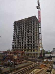 Кран рядом со строящимся зданием