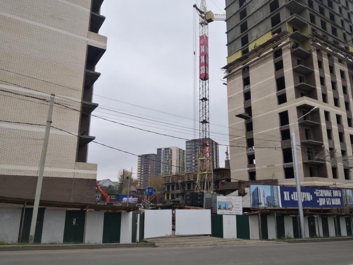 Огороженная территория строительство многоэтажного дома