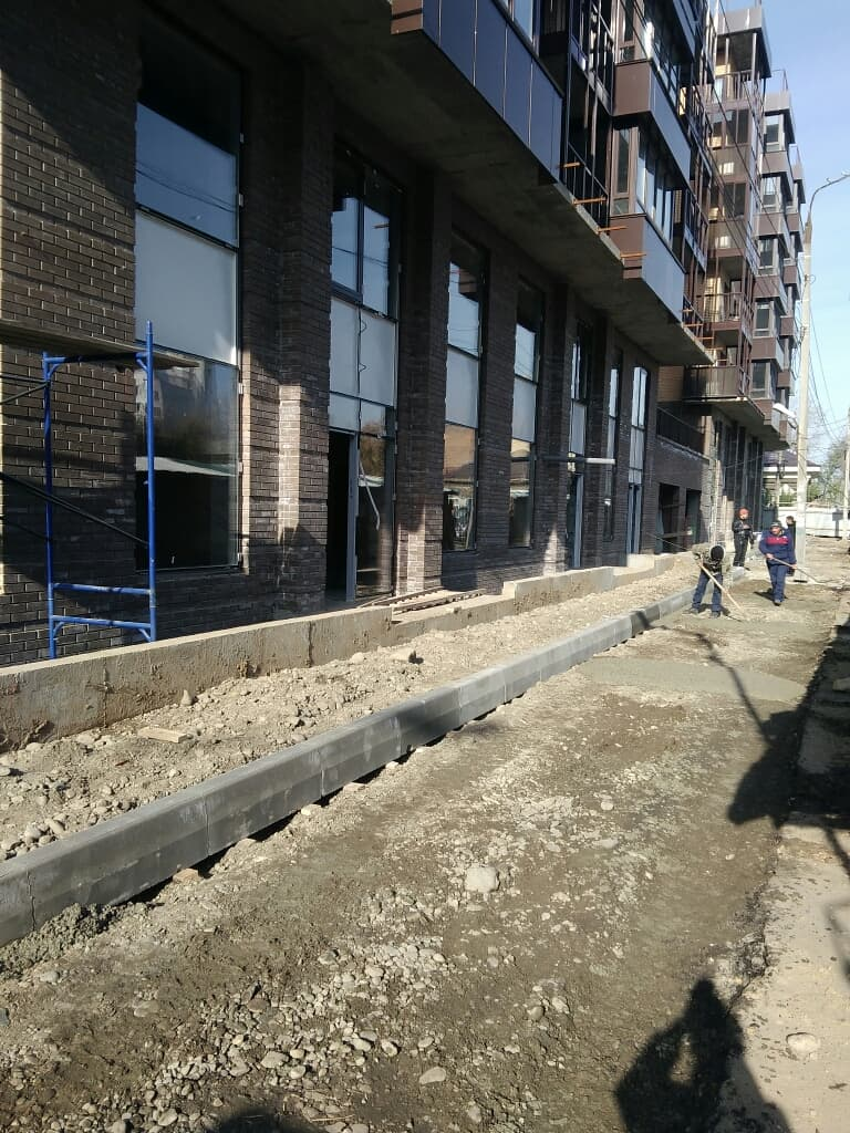 Засыпка тротуара на стройплощадке